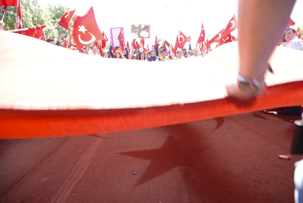 Istanbul: protesters wave the flag