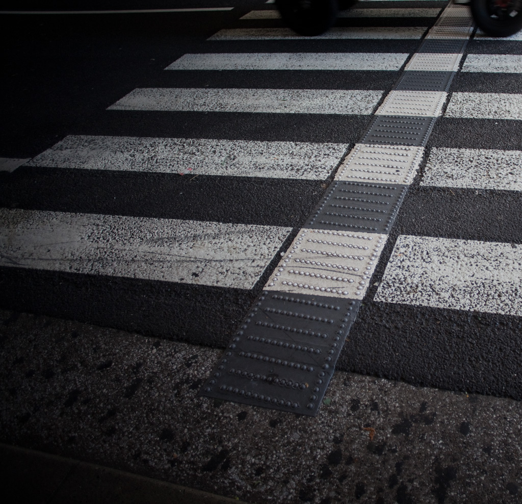 Tokyo: pedestrian crossing with secondary cues